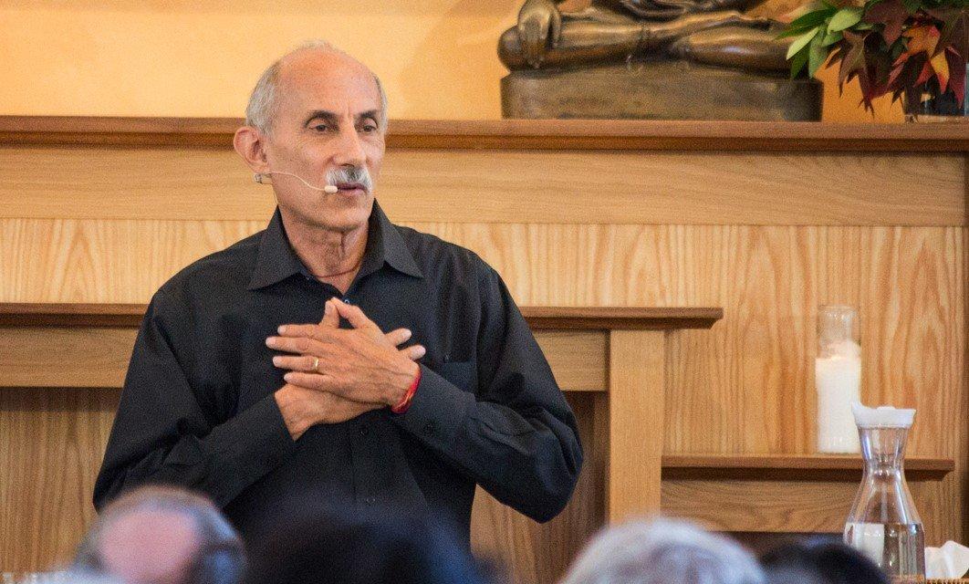 mannen op retraite en mindfulness