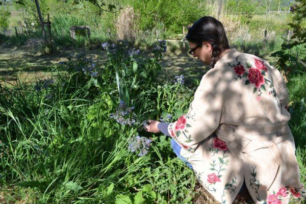 Sandra werkt in de tuin